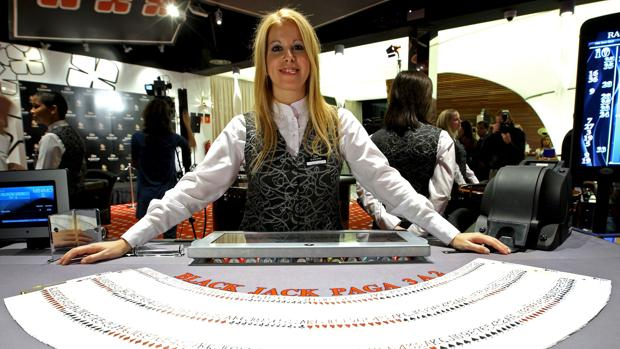 Una croupier en un casino de Cirsa en Valencia