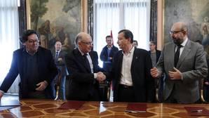 El ministro de Hacienda, Cristóbal Montoro junto a representantes sindicales de UGT, CCOO y CSIF en el último acuerdo de empleo público