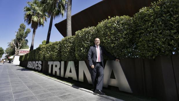 Antonio Martín, socio de la empresa familiar y director general adjunto, a las puertas de Abades Triana