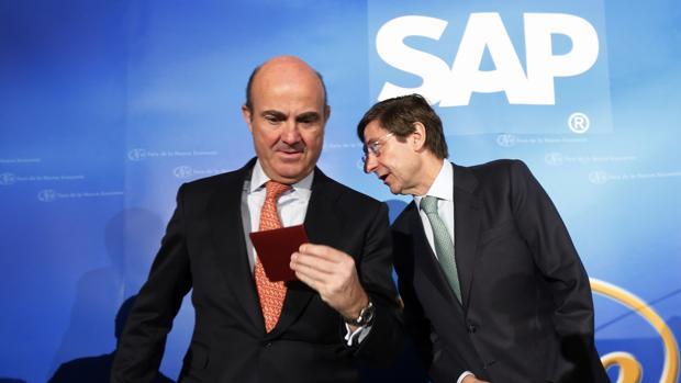 El ministro de Economía, Luis de Guindos, y el presidente de Bankia, José Ignacio Goirigolzarri