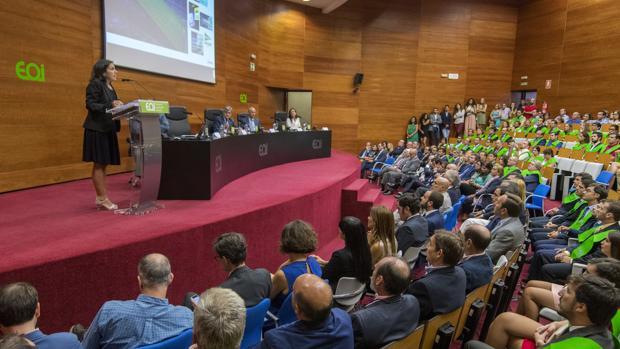 María Jesús Almazor imparte su lección magistral ante alumnos, profesores e invitados, en la sede de la EOI