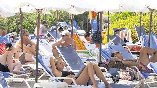 Turistas en un hotel de Chiclana de la Frontera