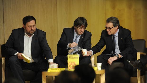 El vicepresidente, Oriol Junqueras, el presidente, Carles Puigdemont, y su predecesor en el cargo, Artur Mas
