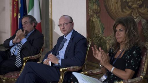 El presidente de la CEOE, Juan Rosell (i), el presidente de la Confederación General de la Industria Italiana (Confindustria), Vincenzo Boccia (c) y la presidenta de la patronal europea BusinessEurope, Emma Marcegaglia (d), asisten al 15 Foro de diálogo Italia-España en Roma