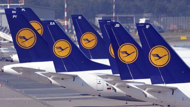 Varios aviones de la aerolínea Lufthansa en el Düsseldorf (Alemania)