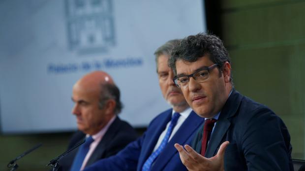 Álvaro Nadal, ministro de Energía, este viernes tras el Consejo de Ministros