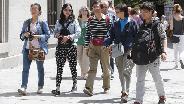 Turistas chinos pasean por el centro de Madrid