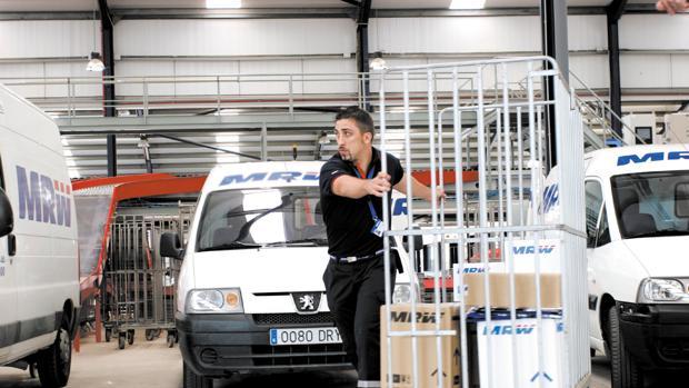 Imagen de archivo de un operario en una planta logística de MRW