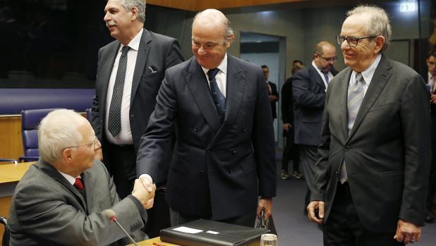 Luis de Guindos, minsitro de Economía, saluda a Wolfgang Schauble, ministro de Finanzas alemán, en el que será su último Eurogrupo