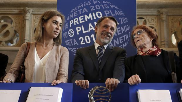 El presidente del grupo Planeta, José Creuheras (c), junto a las escritoras Carmen Posadas (i) y Rosa Regàs (d)