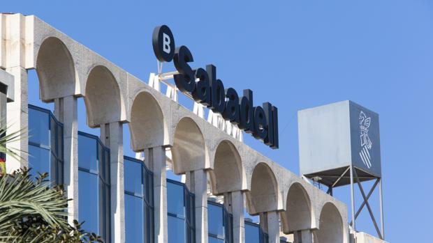 Central del Banco Sabadell, en la Avenida Óscar Esplá de Alicante