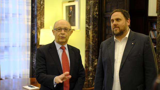El ministro de Hacienda, Cristóbal Montoro, y el vicepresidente económico de la Generalitat, Oriol Junqueras