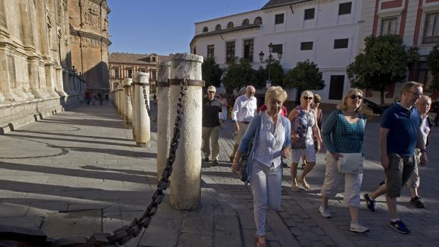 Un grupo de turistas visitan Sevilla