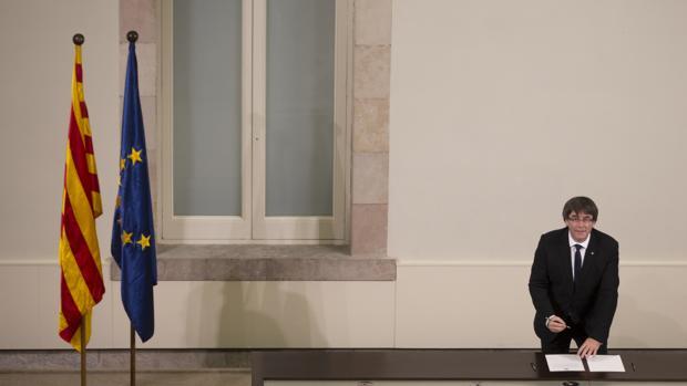 Carles Puigdemont, presidente de la Generalitat, firma la declaración de independencia