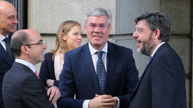 El secretario de Estado, José Enrique Fernández de Moya, en el centro junto a su homólogo de Presupuestos, Alberto Nadal