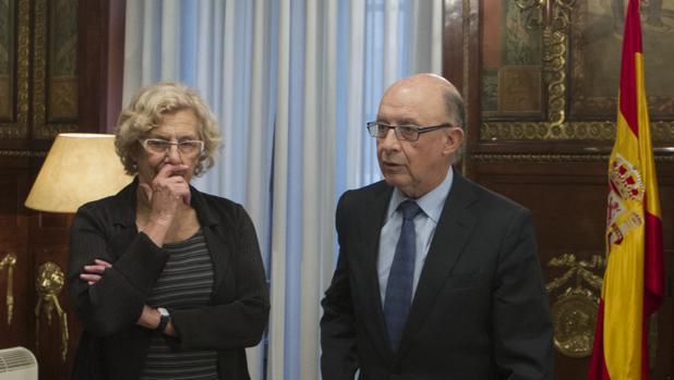 La alcaldesa de Madrid, Manuela Carmena, junto al ministro de Hacienda, Cristóbal Montoro