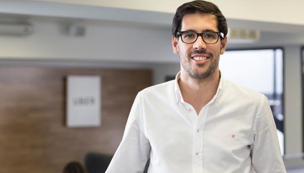Juan Galiardo, director de Uber, en las oficinas de la app