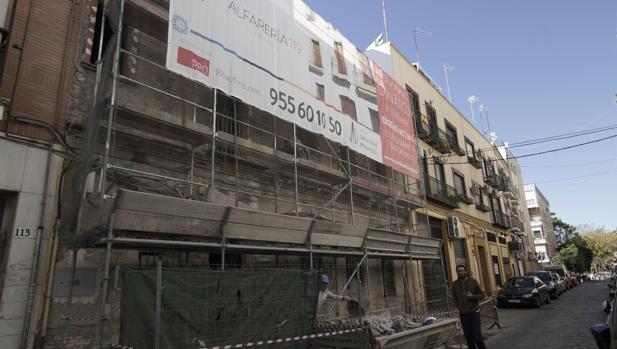 Salvo Global Property esta rehabilitando este inmueble de el 119 de la Calle Alfarería con estructura de corrala, y tiene otras dos promociones en Triana