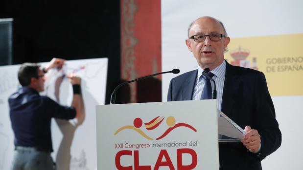 El ministro de Hacienda añade que este año se cerrará con «miles de administraciones públicas saneadas»