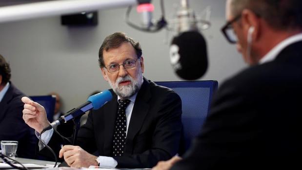 El presidente del Gobierno, Mariano Rajoy, durante la entrevista en la Cope