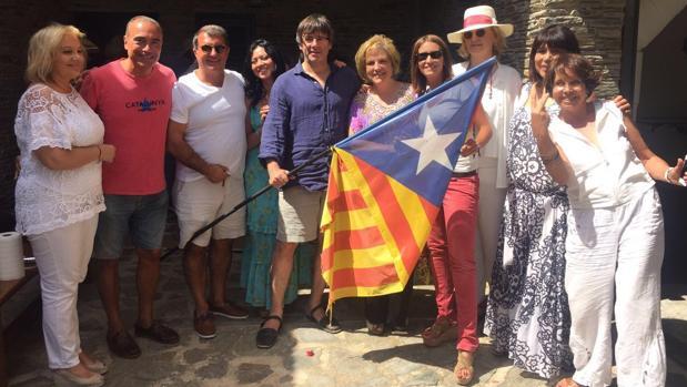 Carles Puigdemont, junto a Joan Laporta, Pilar Rahola y otros invitados a una fiesta