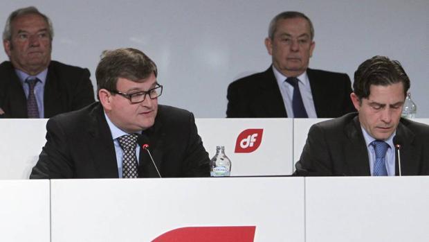 Ángel del Valle, el primero por la izquierda, en una junta de accionistas
