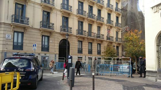 En la calle del Duque de Medinaceli, cortada con vallas, solo dejan pasar a residentes y trabajadores