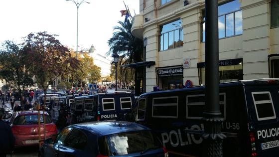 La Policía bloquea también el acceso al tráfico en la calle de Cervantes. Por aquí los viandantes sí pueden pasar