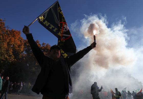 Un manifestante con una bandera protesta durante la jornada de huelga