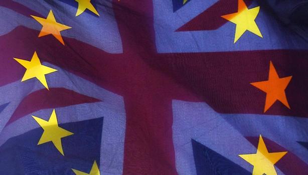 La bandera británica ondea sobre la de la Unión Europea ante el Parlamento en Londres, Reino Unido,