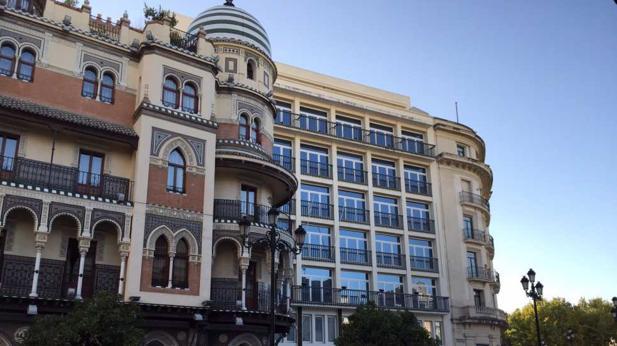 Edificio del antiguo Banco Andalucía, en el centro de la imagen