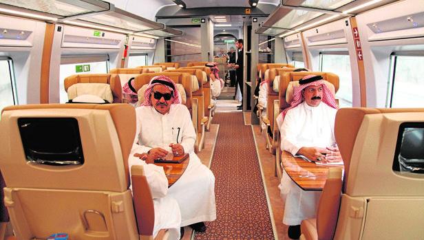 Pasajeros del AVE a La Meca durante el trayecto realizado el domingo