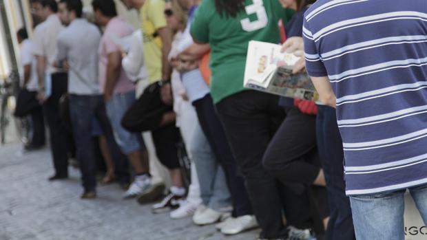 Cola de parados en la oficina del SAE de la Calle Alfonso XII