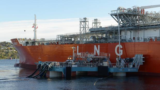La nueva plataforma, junto a un buque metanero