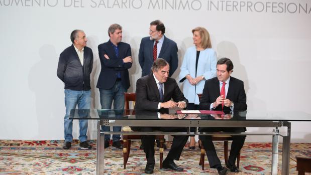 Patronal y sindicatos acudieron a La Moncloa el mes pasado a firmar el acuerdo sobre el SMI junto a Báñez y Rajoy