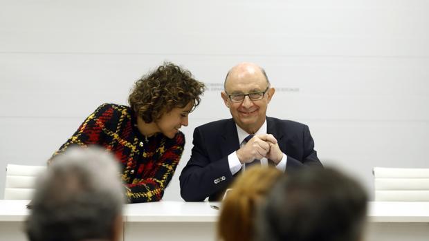 La ministra de Sanidad, Dolors Montserrat y el de Hacienda, Cristóbal Montoro