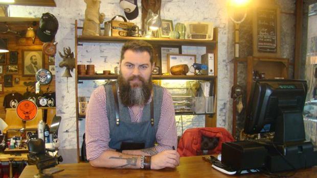Mario Melgar abrió Bearbero hace tres años en La Latina y el 50% de sus clientes se arreglan la barba