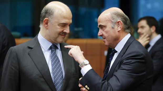 Moscovici y De Guindos en una reunión del Eurogrupo