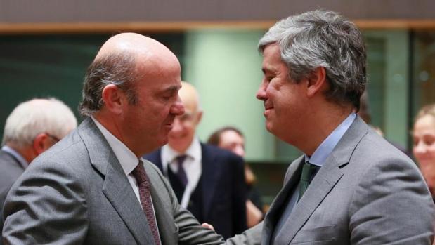 El ministro español de Economía, Luís de Guindos (i), saluda al nuevo presidente del Eurogrupo