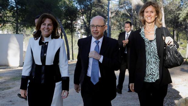 La presidenta de la SEPI, Pilar Platero, acompañada por el ministro de Hacienda, Cristóbal Montoro, y la presidenta de la Fundación COTEC y patrona de la Fundación SEPI, Cristina Garmendia