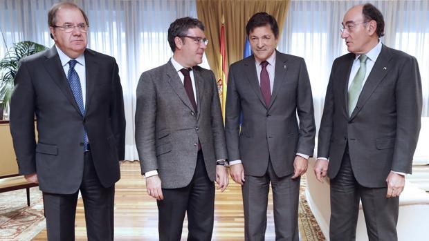 El ministro Nadal, segundo por la izquierda, con Juan Vicente Herrera, Javier Fernández e Ignacio Nadal