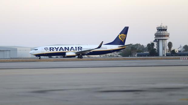 Avión de Ryanair en el Aeropuerto de Sevilla