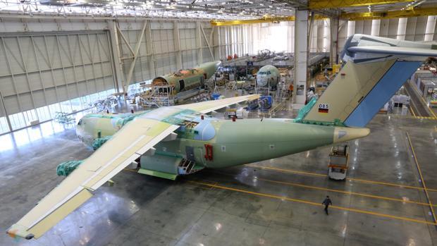 Vista de la planta de montaje del avión A400M desde la balconada del centro de visitantes