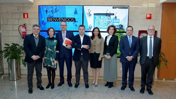Foto de grupo de los paticipantes en la presentación del informe «El buen gobierno en el sector fundacional»