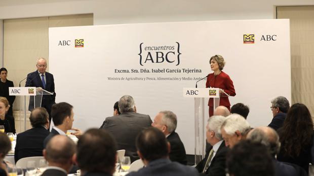El director de ABc de Sevilla, Álvaro Ybarra, y la ministra Isabel García Tejerina, durante el coloquio