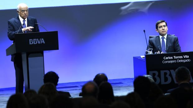 Francisco González, presidente de BBVA, junto a Carlos Torres, consejero delegado