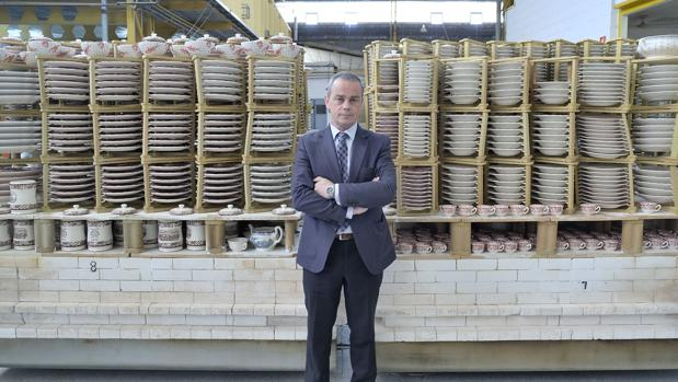 Mario Vázquez Iriberri, consejero delegado y accionista de La Cartuja, posa en el almacén de vajillas