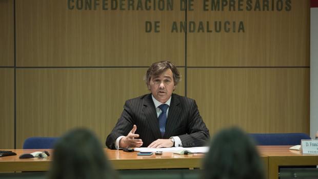 Francisco Carmona, presidente de Fadeco Contratistas, durante la presentación del informe
