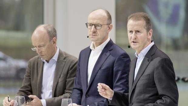 Herbert Diess (d), director general de la marca Volkswagen
