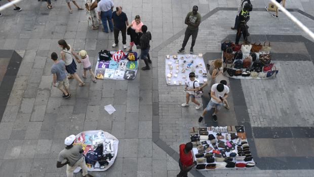 Vendedores ambulantes en la madrileña calle Preciados